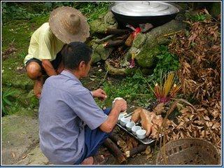 """七月十五日也叫""""中元节"""",凤凰山畲族同胞认为它是鬼节。由于这一节日的主要祭祖供品是""""淋糕粿"""",因"""