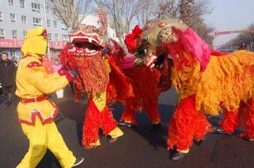 """舞狮俗称""""耍狮子"""",据说是从西域传来的。每年 的春节正月里,家家除了贴起对联、门神,燃放爆竹以庆"""