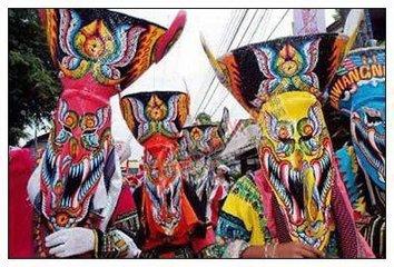 农历每年七月七日至十五日,毛南族和附近的壮族都有过中元节的习惯,主要是举行祭祖活动,相当隆重,内