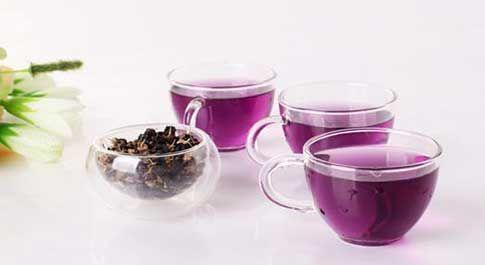 菊槐清肝降火茶材料:菊花、槐花、绿茶各3克。做法:菊花和槐花用清水洗净,沥干水分,与绿茶一同放入茶杯中