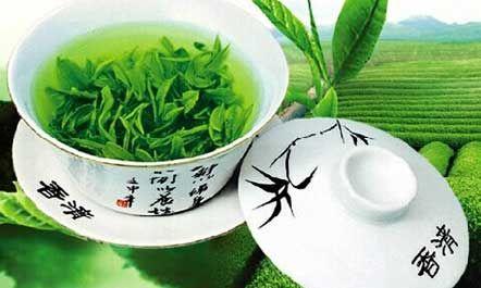 绿茶是什么意思  绿茶是一种完全不发酵茶,干茶色绿油润,清香鲜爽,汤色碧绿清澈。名品有西湖龙井、洞庭