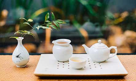 泡茶用什么茶具好?下面我们来介绍几种常见的茶具的特性,大家就知道在不同情况下泡茶用什么茶具好了。