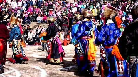 藏历年,是西藏藏族人民一年中最重要的一个传统节日。它和汉族的春节一样,十分热闹。  藏历年,是按
