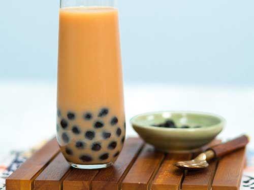 奶茶是一种甜蜜的茶,已经超越了它在亚洲主要社区的根源,在美国逐渐流行起来。它尤其受到美国西海岸的