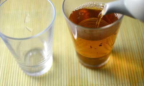 将冲洗过的水倒入备用玻璃杯中