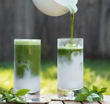 用牛奶喝绿茶的趋势日益增加。随着世界发现绿茶拿铁所包含的惊人的健康益处,世界正在采用市场的新趋势