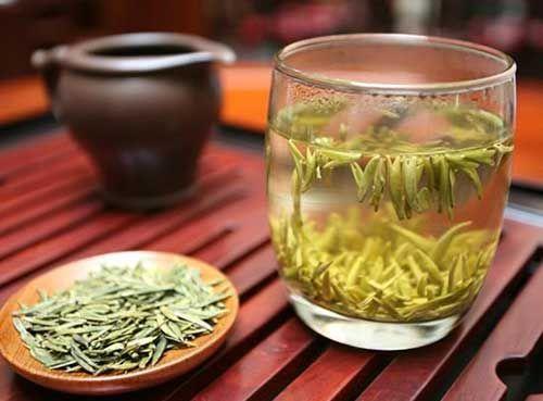 什么是霍山黄芽  霍山黄芽是一种来自中国安徽省的黄茶,它是帝王贡茶,可以追溯到明朝。干茶叶外观光泽,