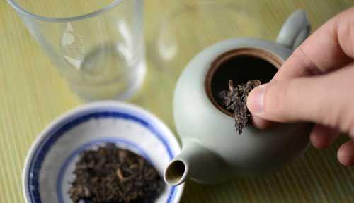 将茶分开并放入茶壶