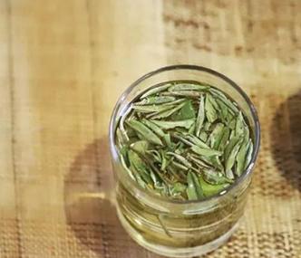 白茶具有养肝、养心、养神、养目、养颜、养气的养身效果,是一种绿色健康的茶饮。并且白茶储存的时