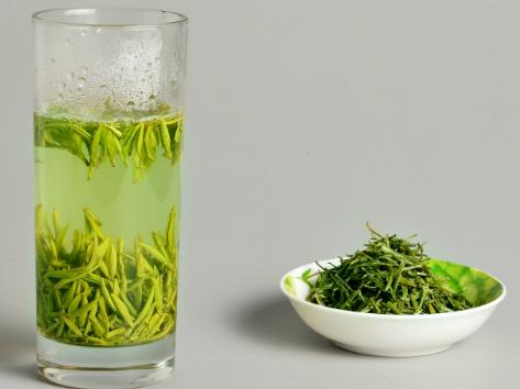 为了方便,很多茶友会将绿茶与枸杞一同放在茶具里冲泡,很多人都不知道的是他们可以互相吸湿,所以说是