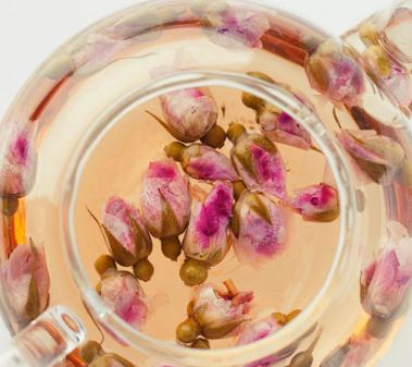玫瑰花茶是一款常见的养颜茶饮,其味道不仅清新芳香,而且有助于活血调经、舒缓经期不适、美白肌肤