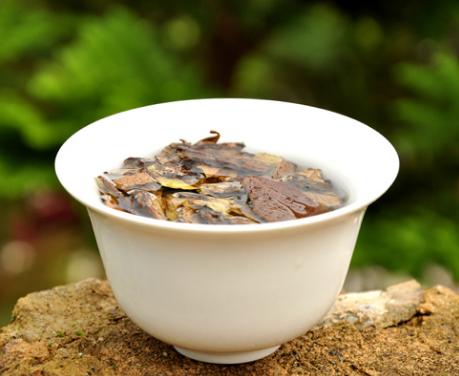存放时间越久的老白茶,茶味才更加醇厚、香浓,而药用的保健价值也会更高,可以说是很难得的一款茶。那