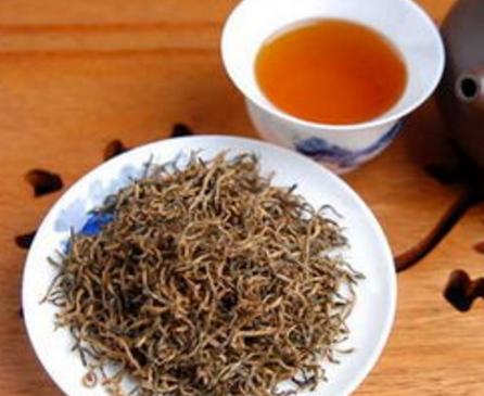 金骏眉可谓是世界众多类红茶中的精品,红茶中的贵族。银骏眉和金骏眉的加工方式是一样的,但等级却不同