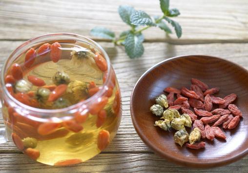 女人常喝枸杞菊花茶可明目、养颜。但是,枸杞菊花茶对孕妇而言还是有一定副作用的。一起来看孕妇喝枸杞