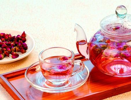 玫瑰花茶,其气味清新而淡雅,她的这种甜香的口感是万千女性喜爱的。常喝茶,不仅对人体身心健康有益,