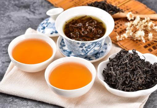 品茶,这是一种修身养性,享受生活的美事。然而,人们却往往会将泡过后的茶叶倒掉。很多人都不知道的是