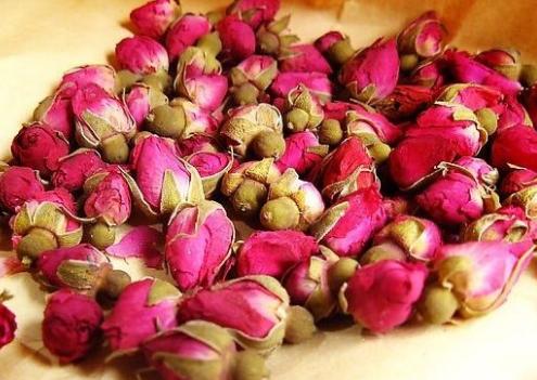玫瑰花茶有一种清新淡雅的芳香,这种甜香的口感是众多女性所喜爱的。经常品茶,不仅有利大家的身心健康