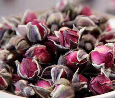 苦瓜玫瑰花茶,他们2种都具有清热解毒的作用,药性也是一样的,因此是可以在一起服用的。玫瑰花清热