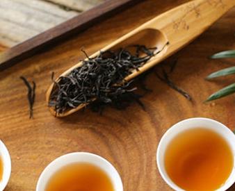 绿茶与红茶,这两种茶都是生活中比较常见的茶饮,二者都含有丰富的营养物质,不论泡饮哪种对人体健