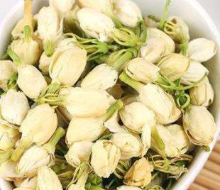 茉莉辛甘、性温,不仅有芳香化湿、醒脾和胃的作用,还可以清肝明目。并且气味清香的菊花归肝经,同