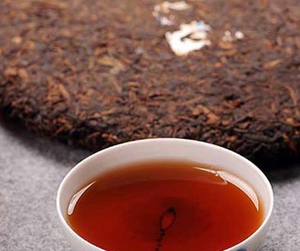 相对而言普洱生茶要比熟茶贵,由于普洱生茶应用的原材料要比熟茶应用的原材料好。只有实际也要看普