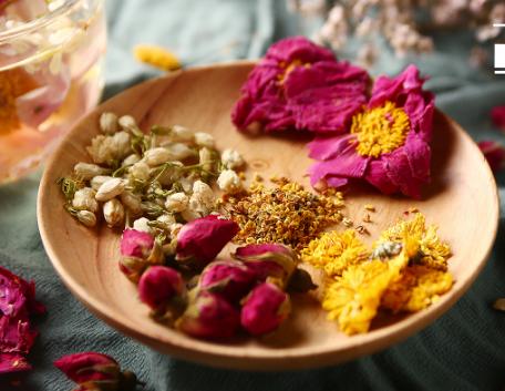 众多茶类中,要数花茶被女性最为看好了。花茶给人感觉很神奇,每每看到茶杯中鲜艳的花瓣,瞬间心情都爽