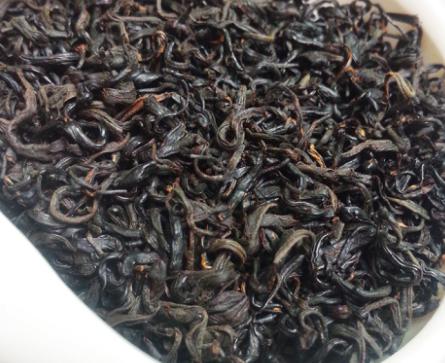 红茶是经过绿茶加工制成的。对于喝茶的好处,首先可以肯定的告诉大家,茶叶是最天然、健康的饮品。下面