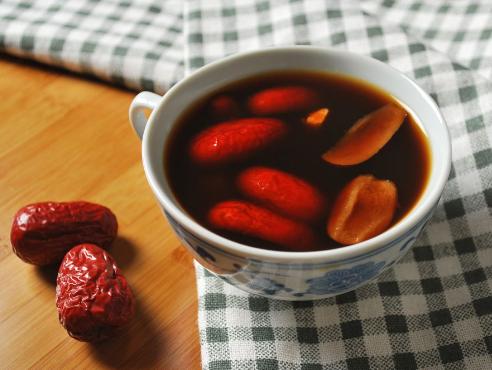 生姜红枣茶一直以来都是人们所喜爱的传统冬季饮品。生姜红枣茶一般是和松子一同加热的,生姜具有舒缓胃