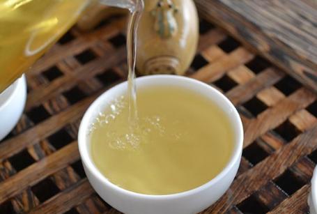 普洱茶所具备的功效是比较多的,因此,得到了男女老少们的青眯,而在喝普洱茶的时候,需要注意不能与一