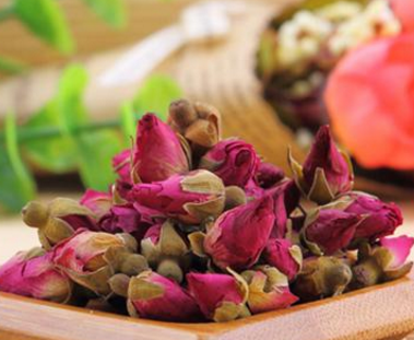 玫瑰花茶,它作为包容性非常强的一种茶叶,玫瑰花泡水具备调理月经止疼、行气活血化瘀等作用,因而