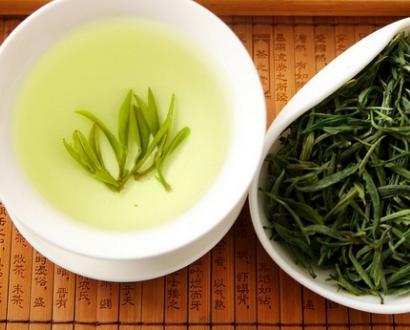 绿茶,这是众多茶类中人们饮用最广泛的一种茶,其特点是汤清叶绿。因绿茶未经发酵,所以最大程度上保留