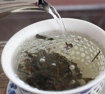 我们在冲泡茶叶的时候,茶汤的表面有可能会出现一层泡沫,这就是茶沫。那么茶汤的表面有泡沫,是好