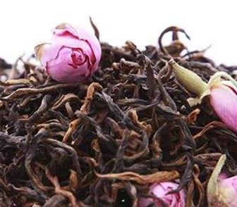 玫瑰花可将其泡水喝,不仅香气怡人,还具有很不错的保健功能。红茶则也是一种功效非常好的茶饮,与