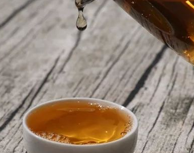 第一次看到普洱沱茶,深感新奇。它和平常大家所见的散茶、饼茶都不一样。沱茶的样子和窝窝头一般无
