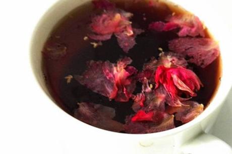 洛神花茶是常见的花茶饮品,可以促进新陈代谢,清热排毒,美容养颜,合理饮用对身体的益处很多,是功效