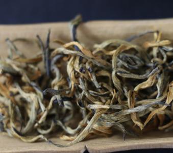 古树红茶味甘温,长期饮用可使人身体健康。红茶富含丰富的蛋白质,可生热暖腹,增强人体的抗寒能力