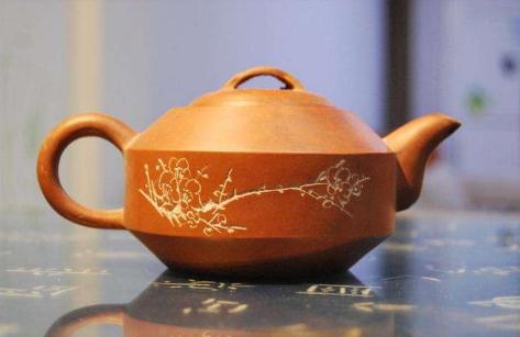 紫砂壶经过长时间的使用,要是我们平日里不经常注意清洁,肯定就会有一层厚厚的茶锈或是污渍等积累在茶