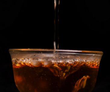 喝茶,人们的出发点是为了身体健康。然而,喝茶也需要掌握得当的方法,否则就会适得其反。下面我们