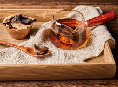 伴随着柑普茶在茶叶市场的日益火爆,陈皮茶越发普及,并且深受广大茶友的青睐。事实上用陈皮泡茶喝,的