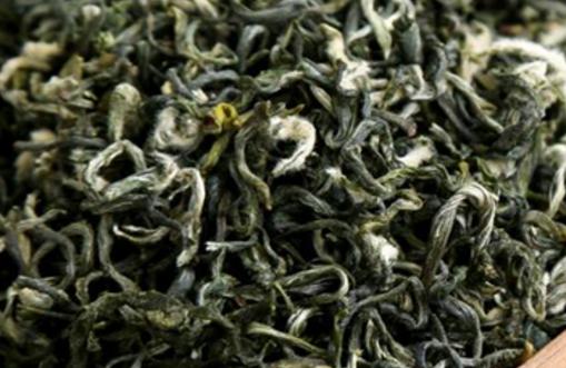 炒青绿茶是绿茶中的一种,绿茶干燥的目的,蒸发水分,并整理外形,充分发挥茶香。干燥方法,有烘干、炒