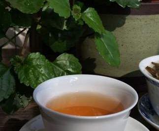 如今越来越多的人喜欢在外边吃饭,通常在餐厅吃饭时,服务生都会先倒一杯茶水,这个时候菜还没上,