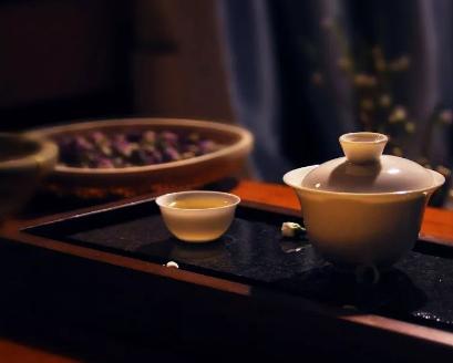 夜晚品茗,这的确是一件美事。然而,那些刚开始喝茶的茶友很容易会失眠,因此他们不敢随便在晚上喝