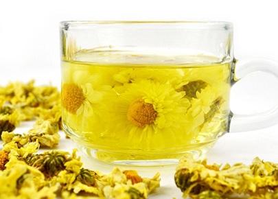 菊花茶不仅营养丰富,而且还可以帮助我们放松及镇静神经。它具有自然冷却剂的作用,并且可以在发烧、中
