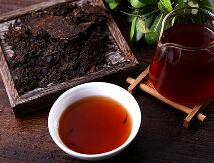 倘若你曾在西方喝普洱茶会上瘾,那它极有可能会是熟普洱茶。熟普洱茶因其黑,且浓郁的风味及健康益处而