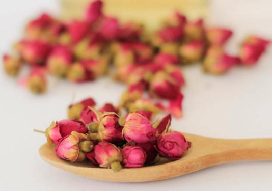 玫瑰花茶是用玫瑰的干燥花蕾制成的养生花茶,它有浓郁的花香,而且含有大量芳香类物质和一些醇类物质,