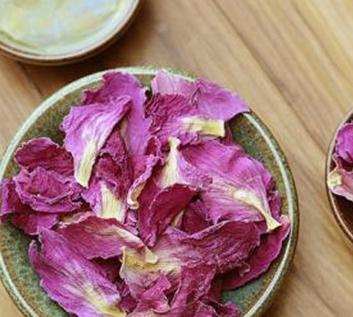芍药花是女士之花,是非常知名的一种中草药材,平日里我们可以适当泡饮,具备益气养血柔肝,散郁祛