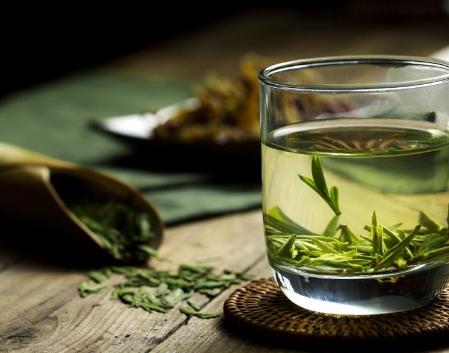 """绿茶,称得上是女性""""神水"""",不仅具有美肤抗癌的功效,并且茶多酚还可使关节炎发病比例大大减少50"""