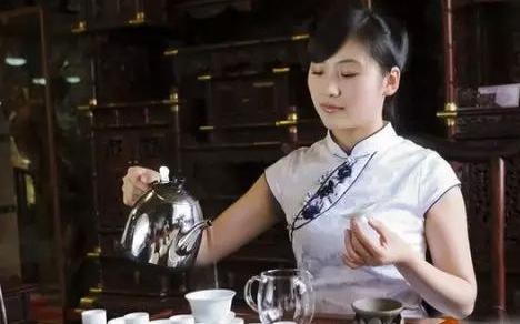 铁观音茶浑厚、鲜爽、回甘、音韵强、耐人回味,可是冲泡过程一定要把握,讲究三分茶七分泡,以下是冲泡