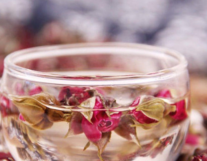 玫瑰花茶属花茶一类,不仅外观好看,而且营养丰富,它的功效也是很多的。不过,有一点大家要注意,
