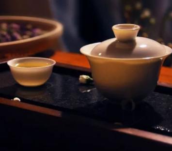 关于喝茶养生保健的话题,一直以来备受茶友们热议。那么喝茶是否真能抗衰老?带着大家的疑问,我们